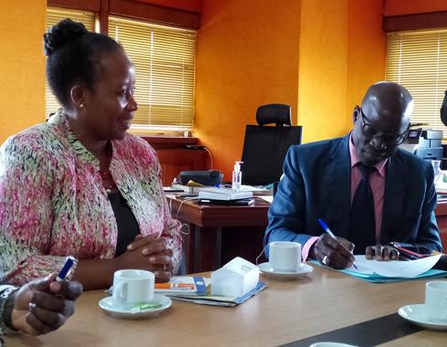 Séance de travail du Pr DIAWARA avec Mme SIBANDA de l'AfrEA